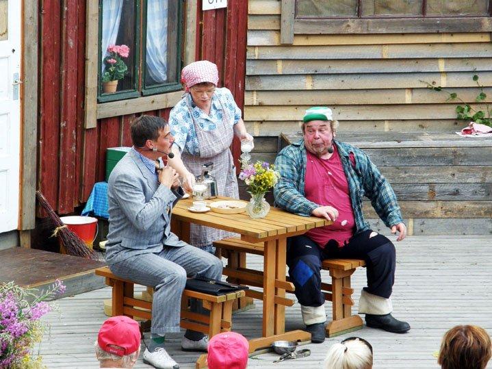 Kahveehetki kullankallis, vas. pankinjohtaja - Arto Kujala, Alma - Anne Moisio ja Mooses - Bo Lindfors
