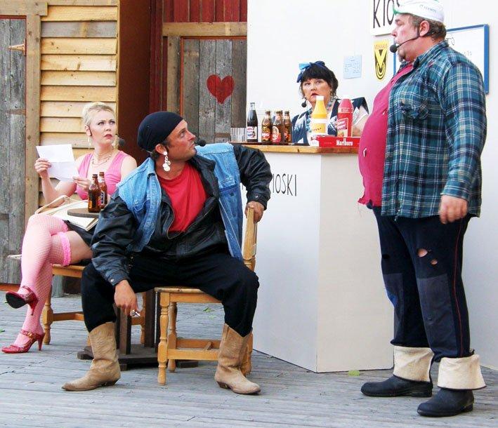 Vasemmalta: Piret Virosta, Hanna Jokivaara, Kake prätkäjätkä;Jani Vierula,Baarinpitäjä; Lilja Sihvola sekä Mooses;  Bo Lindfors.