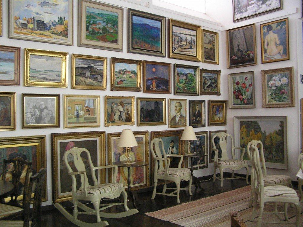Näkymä taidekodista, seinät ovat täynnä suomalaista maalaustaidetta 1900 luvulta.